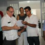 Organismos de Solidaridad con Cuba entregan libros de condolencias.